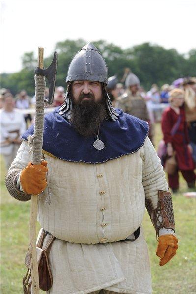 Egy gyalogos hagyományőrző a 907-es pozsonyi csata emlékére rendezett Nyílzáporon, a Kárpát-medence legnagyobb hagyományőrző íjász rendezvényén az Ópusztaszeri Nemzeti Történeti Emlékparkban.