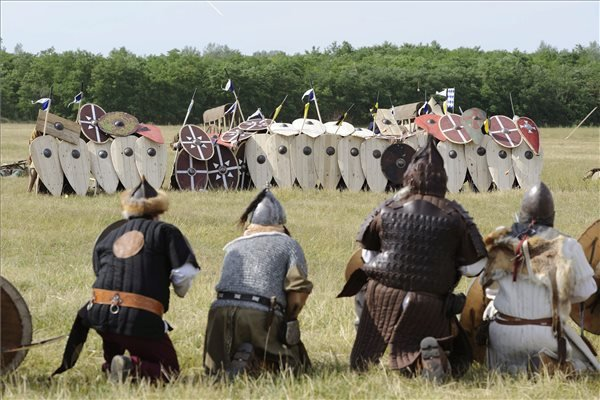 Hagyományőrző magyar gyalogosok (háttal) a pajzsaik mögé bújó bajor harcosokkal szemben az Ópusztaszeri Nemzeti Történeti Emlékpark melletti pusztán a Kárpát-medence legnagyobb hagyományőrző íjásztalálkozóján, a Nyílzáporon 2014. június 28-án. A találkozón a 907-es pozsonyi csatáról emlékeztek meg, amikor az Árpád fejedelem vezette magyarok visszaverték a túlerőben lévő német csapatok támadását. MTI Fotó: Kelemen Zoltán Gergely