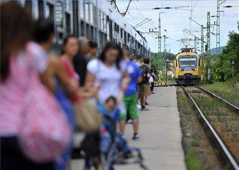 Az érkező vonatra várakozók a vasútállomáson, a Pest megyei Őrbottyánban 2013. július 12-én. Őrbottyán azon tizennyolc település egyike, amelynek városi címet adományozott a köztársasági elnök 2013. július 15-ei hatállyal. MTI Fotó: Bruzák Noémi