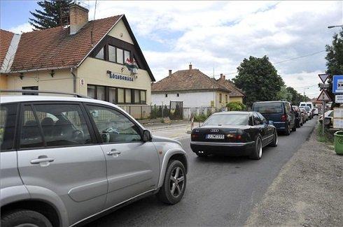 Útfelújítás miatt várakozó autók a Községháza előtt a Pest megyei Őrbottyánban 2013. július 12-én. Őrbottyán azon tizennyolc település egyike, amelynek városi címet adományozott a köztársasági elnök 2013. július 15-ei hatállyal. MTI Fotó: Bruzák Noémi