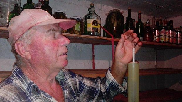 Németh Imre gazda elégedett a 20 fokos musttal.