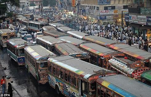 A démon megszállása után tömeghisztéria alakult ki Pakisztánban a ruhagyárban 2013. novmber 1-én. Fotó: Daily Mail