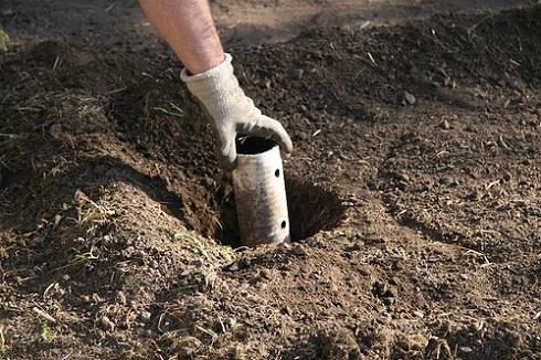 Töltsük tele a lyukat földdel, de ne menjen a csőbe!