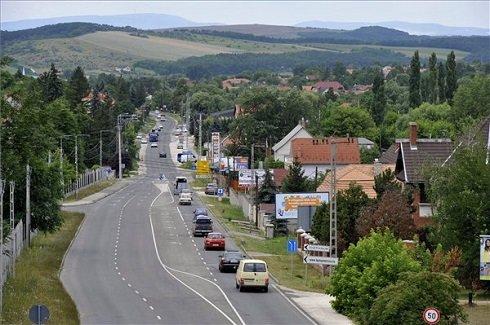 A Pest megyei Piliscsaba látképe a 10-es út feletti gyalogos felüljáró felől 2013. július 12-én. Piliscsaba azon tizennyolc település egyike, amelynek városi címet adományozott a köztársasági elnök 2013. július 15-ei hatállyal. MTI Fotó: Kovács Attila
