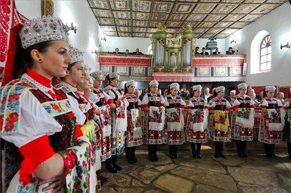 Kalotaszegi népviseletbe öltözött fiatal nők a pünkösdvasárnapi istentiszteleten az erdélyi Körösfő református templomában 2015. május 24-én. MTI Fotó: Czeglédi Zsolt