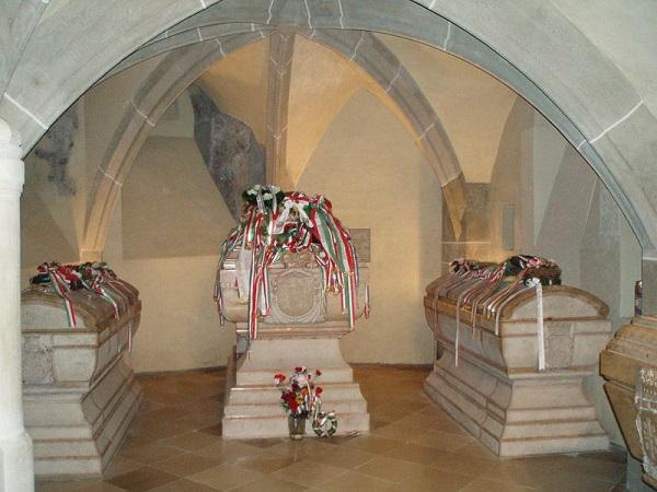 II. Rákóczi Ferenc és bujdosótársainak 1906. október 29-én hazahozott hamvait a dóm altemplomában helyezték el. Az altemplom lejárata a templom északi oldalán található, szűk lépcső vezet le. A lépcsővel szemben három szarkofág: a középső II. Rákóczi Ferenc, mellette Zrínyi Ilona és Rákóczi József bronzkoporsóját rejti. - Fotó: wikipedia