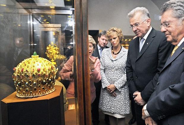 Schmitt Pál magyar és Heinz Fischer osztrák államfő 2010 szeptemberében Bécsben Bocskai koronája előtt (Fotó: MTI/Beliczay László)