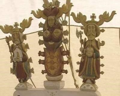Az őseink a történelem kezdeti szakaszától fogva egyisten hívők voltak. A szellem világ csúcsát a teremtő Isten - Öreg isten, Atya isten - foglalja el, a teremtésben társa az Istenanya - Boldogasszony, Babba Mária – és teremtményük a Fiú isten. Ez a hármasság jóval a kereszténység megjelenése előtt a magyar hit alapja volt.