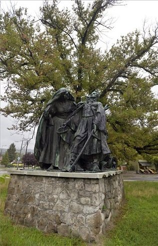 A Tisza Istvánnak emléket állító szoborkompozíció Esztergomban a Baross Gábor út melletti parkban