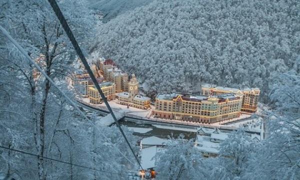 Krasnaya Polyana síközpont 2-3 és 4 emeletes épületei - Fotó: Gazeta