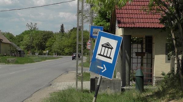 2015.05.10. Tác Gorsium - A látogatók figyelmét még a település határában sem hívja fel egyetlen tábla sem a zárvatartásra - Fotó: Magyar Nő Magazin