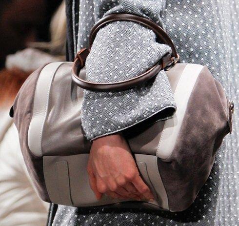 Jó hír azoknak, akik a funkcionalitást az eleganciánál előbbre helyezik. A Missoni táskák diszkréten meghúzódnak, szinte észrevétlenül vihetjük benne szükséges holminkat.