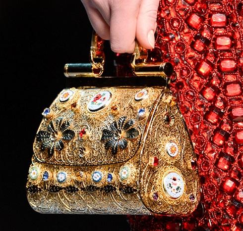 Ez a Dolce & Gabbana estélyi ruhához ajánlott táska a csillogó, régi világ fényűző életmódjára emlékeztet.