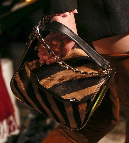 Emilio Pucci bundába öltöztetett táskája az őszi-téli színekkel harmonizál.
