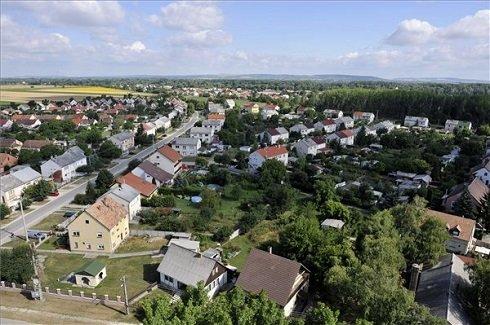 A Komárom-Esztergom megyei Tát kertvárosának látképe 2013. július 12-én. Tát azon tizennyolc település egyike, amelynek városi címet adományozott a köztársasági elnök 2013. július 15-ei hatállyal. MTI Fotó: Kovács Attila