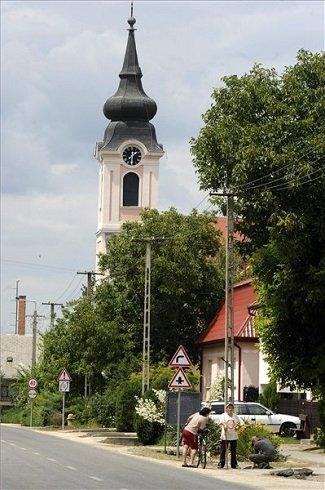 A katolikus templom és a Fő utca látképe a Pest megyei Újhartyánban 2013. július 12-én. Újhartyán azon tizennyolc település egyike, amelynek városi címet adományozott a köztársasági elnök 2013. július 15-ei hatállyal. MTI Fotó: Földi Imre