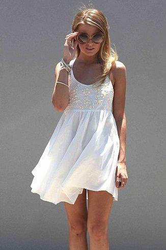 Az ujjatlan, lezser szabású egyrészes ruhában csökkenthetjük az izzadás mértékét, a fehér szín pedig visszaveri a fényt.