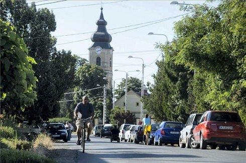 Egy férfi kerékpározik a Kossuth úton a Heves megyei Verpeléten 2013. július 12-én. Verpelét azon tizennyolc település egyike, amelynek városi címet adományozott a köztársasági elnök 2013. július 15-ei hatállyal. MTI Fotó: Komka Péter
