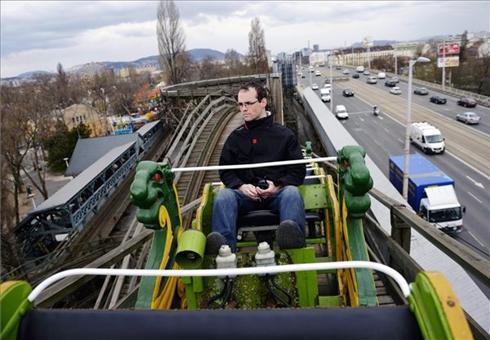 Egy férfi ül a hullámvasúton a bezárás előtti utolsó szezonját kezdő budapesti Vidám Parkban 2013. április 12-én. MTI Fotó: Beliczay László