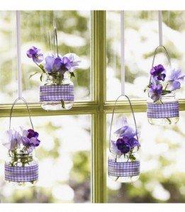 A lila szerelmeseinek egy tetszetős lakásdíszítés. Ha igazán harmonikus dekorációra vágysz, akkor válassz a lakásban lévő textíliák színéből egyet. A szalag és virág színét igazíthatod már ahhoz.Forrás: welke.nl